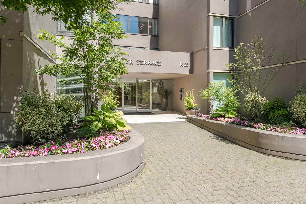 "Main Photo: 62 1425 LAMEY'S MILL Road in Vancouver: False Creek Condo for sale in ""HARBOUR TERRACE"" (Vancouver West)  : MLS® # R2182200"
