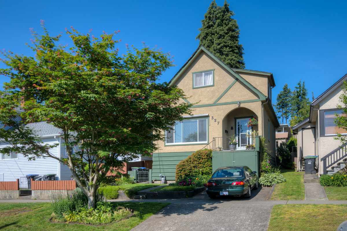 "Main Photo: 327 BUCHANAN Avenue in New Westminster: Sapperton House for sale in ""SAPPERTON"" : MLS® # R2075704"
