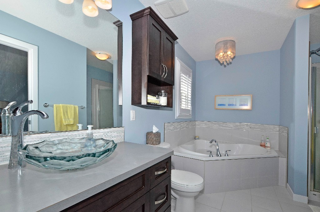 Beautiful en-suite with a vesel sink, corner soaker tub & separate shower 91 Drake Landing Loop, Okotoks Real Estate Listing