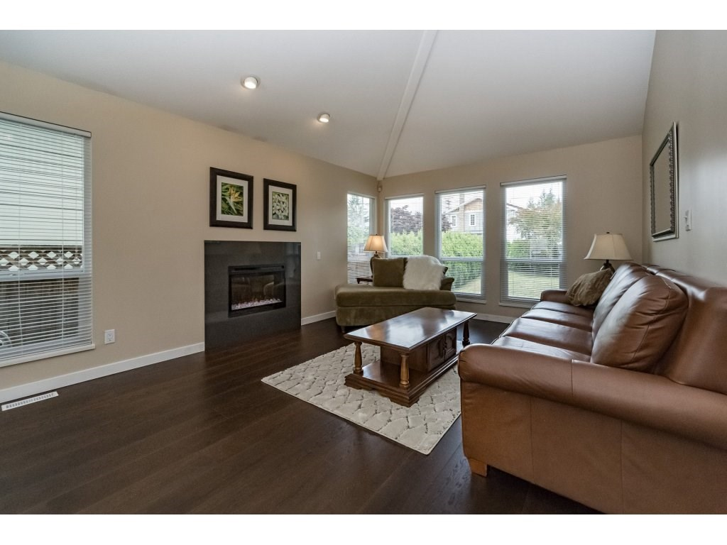 Photo 3: 1048 GROVER Avenue in Coquitlam: Central Coquitlam House for sale : MLS(r) # R2177375