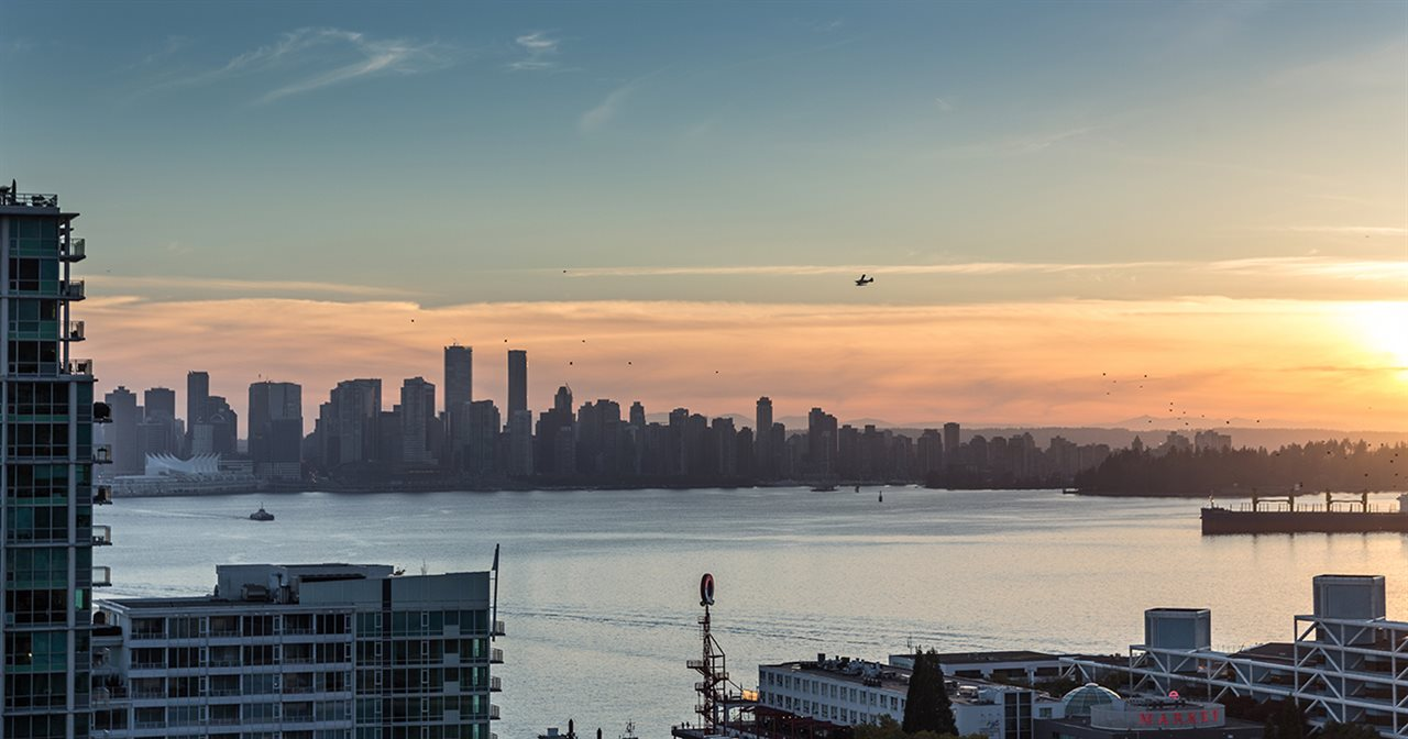 "Main Photo: 904 130 E 2ND Street in North Vancouver: Lower Lonsdale Condo for sale in ""The Olympic"" : MLS®# R2185938"