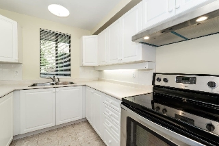 BRIGHT KITCHEN WITH BRAND NEW SS APPLIANCE PACKAGE