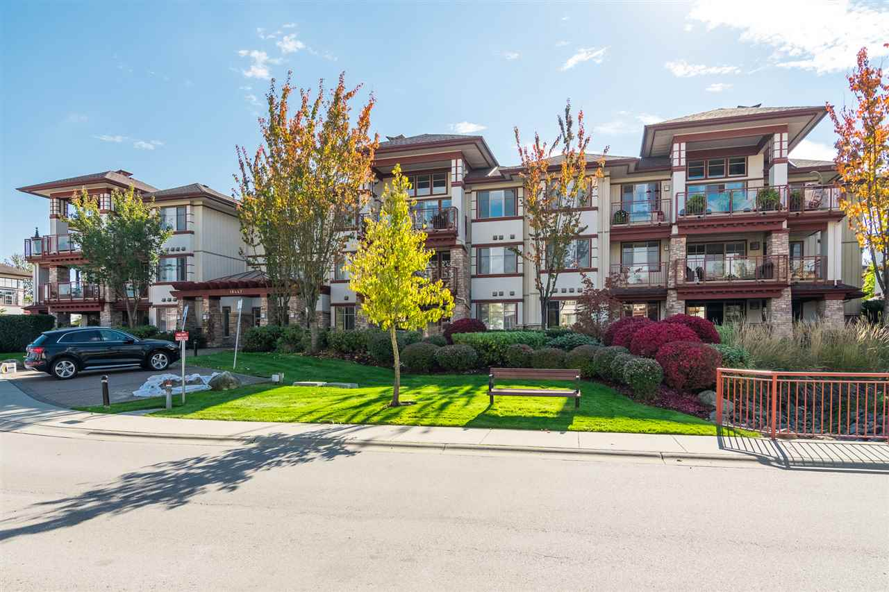 "Main Photo: 305 16447 64 Avenue in Surrey: Cloverdale BC Condo for sale in ""St. Andrews"" (Cloverdale)  : MLS®# R2314524"