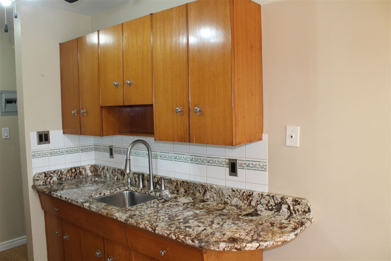 GRANITE COUNTER-TOPS IN THE KITCHEN!
