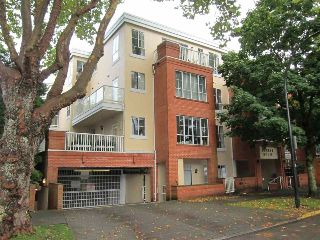 "Main Photo: 303 3621 W 26TH Avenue in Vancouver: Dunbar Condo for sale in ""DUNBAR HOUSE"" (Vancouver West)  : MLS® # R2214575"