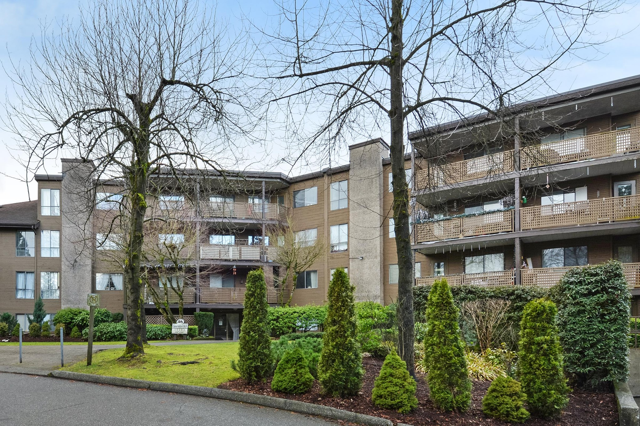 "Main Photo: 108 10662 151A Street in Surrey: Guildford Condo for sale in ""Lincoln's Hill"" (North Surrey)  : MLS®# R2238648"