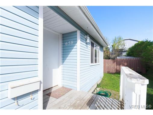 Photo 3: 658 Kent Road in VICTORIA: SW Tillicum Single Family Detached for sale (Saanich West)  : MLS(r) # 363169