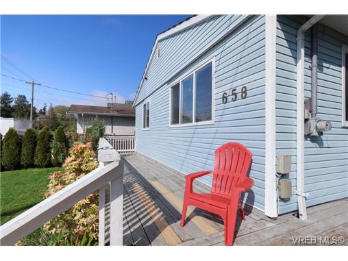 Photo 2: 658 Kent Road in VICTORIA: SW Tillicum Single Family Detached for sale (Saanich West)  : MLS(r) # 363169