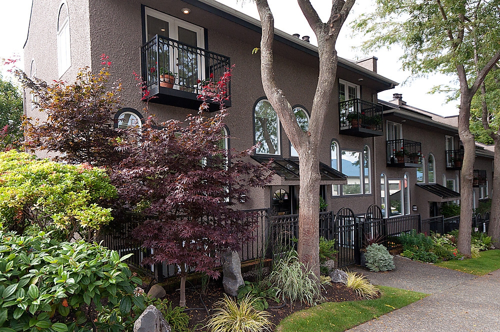 Main Photo: 1593 LARCH Street in Vancouver: Kitsilano Townhouse for sale (Vancouver West)  : MLS® # V920801