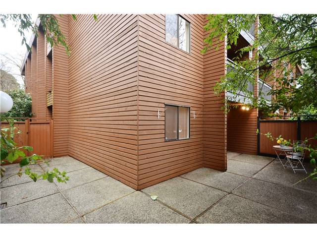 "Photo 10: 104 37 AGNES Street in New Westminster: Downtown NW Condo for sale in ""AGNES COURT"" : MLS(r) # V927022"