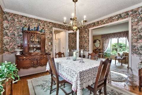 Photo 3: 151 Castle Crest in Oakville: Eastlake House (2-Storey) for sale : MLS(r) # W2882066