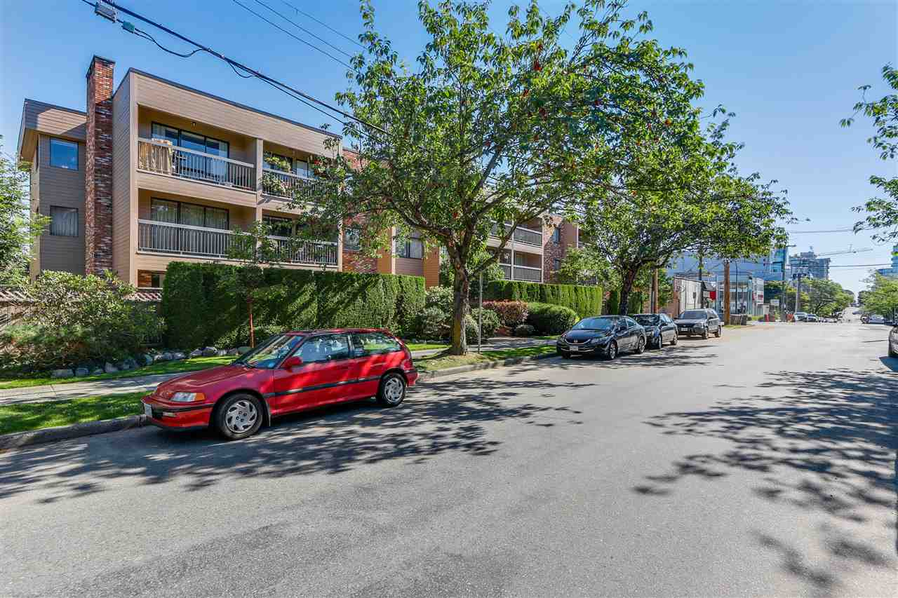 "Main Photo: 202 1825 W 8TH Avenue in Vancouver: Kitsilano Condo for sale in ""MARLBORO COURT"" (Vancouver West)  : MLS®# R2092637"