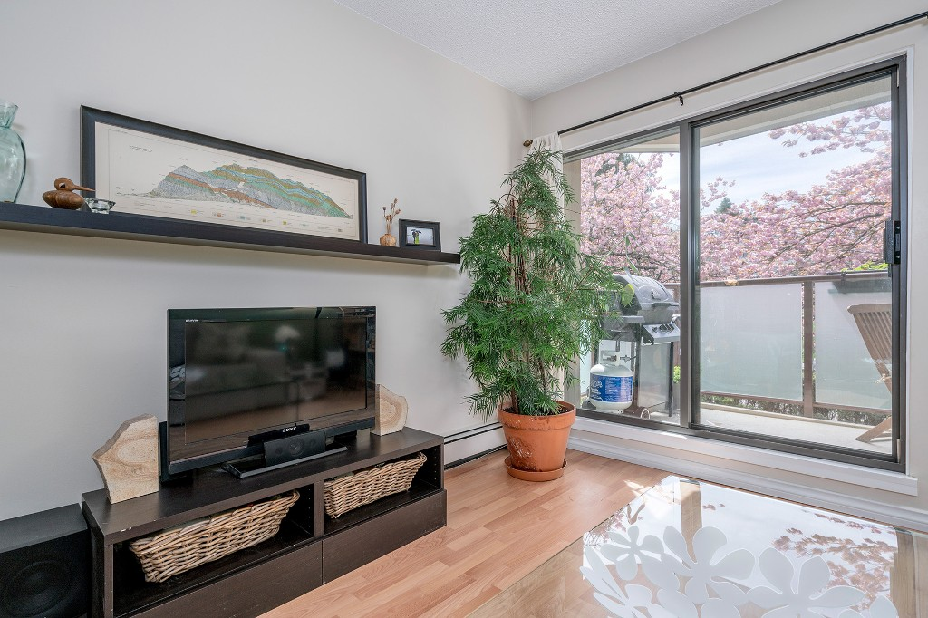 "Photo 3: Photos: 213 2150 BRUNSWICK Street in Vancouver: Mount Pleasant VE Condo for sale in ""MT PLEASANT PLACE"" (Vancouver East)  : MLS®# R2161817"