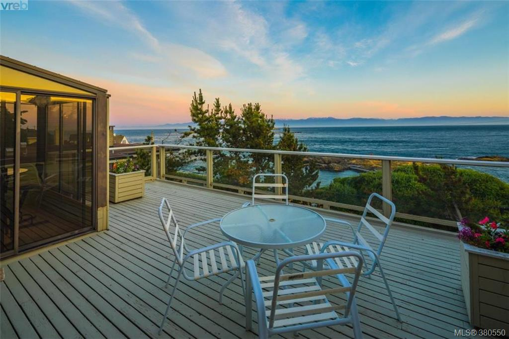 Main Photo: 580 Beach Drive in VICTORIA: OB South Oak Bay Single Family Detached for sale (Oak Bay)  : MLS® # 380550