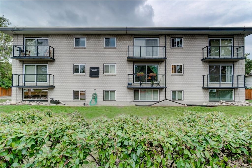 Main Photo: 11 1717 WESTMOUNT Road NW in Calgary: Hillhurst Condo for sale : MLS® # C4131526