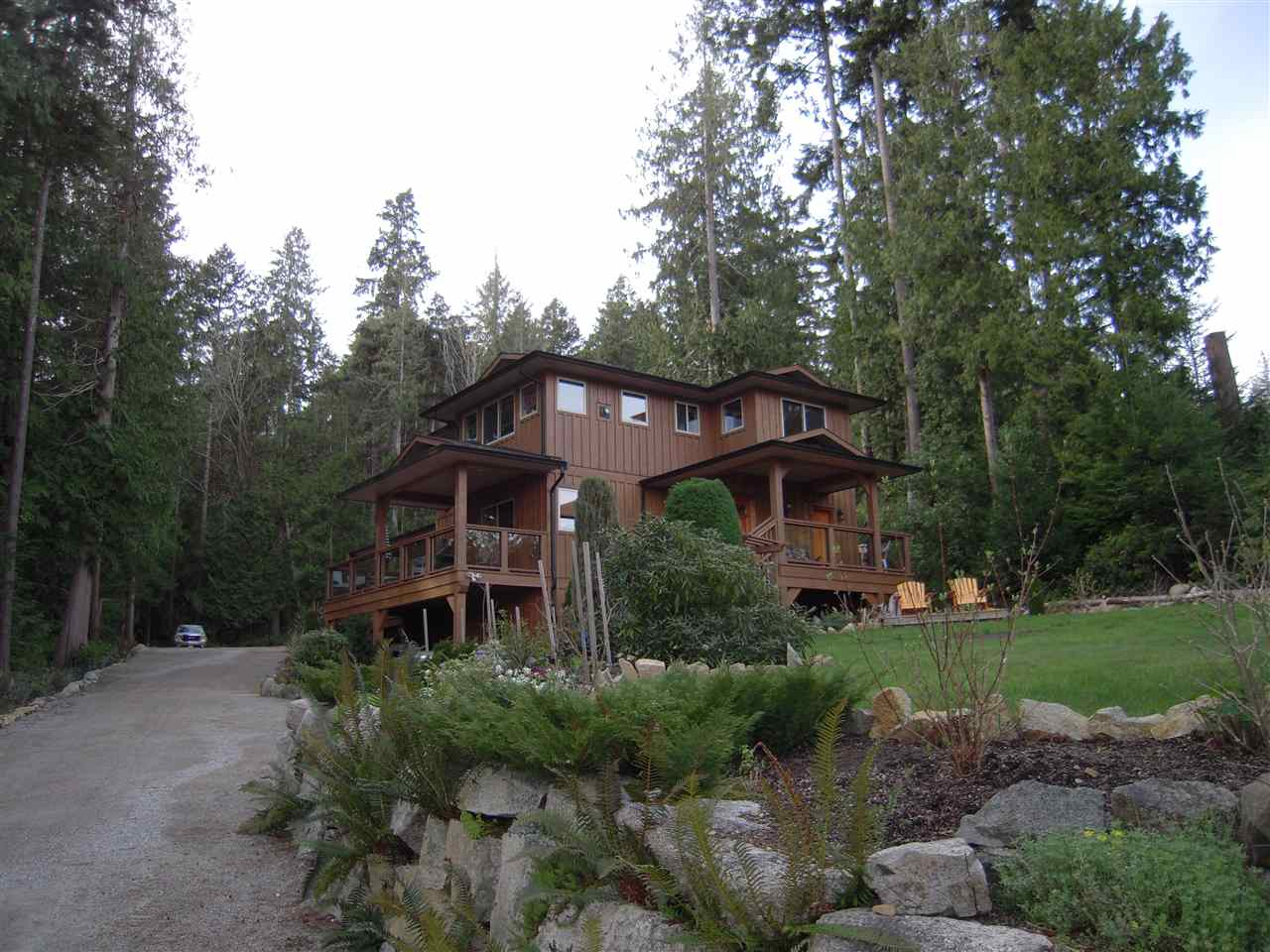 Photo 1: 5447 WAKEFIELD Road in Sechelt: Sechelt District House for sale (Sunshine Coast)  : MLS® # R2047962