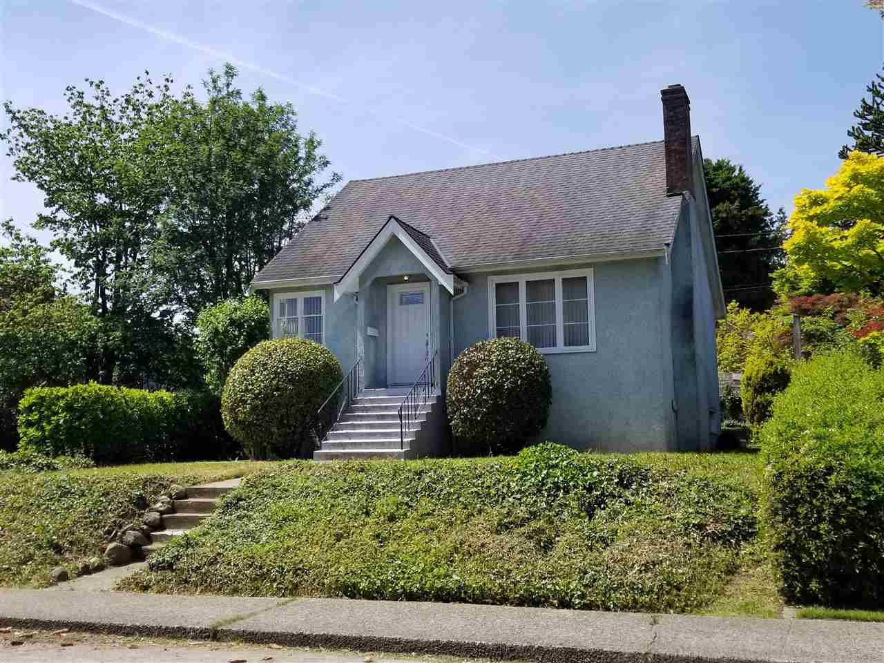 "Main Photo: 835 CHESTNUT Street in New Westminster: The Heights NW House for sale in ""VICTORY HEIGHTS"" : MLS(r) # R2181919"