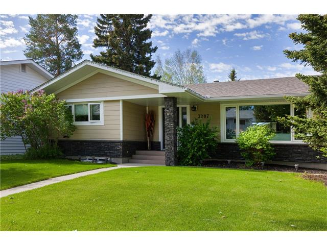 Main Photo: 3207 BEARSPAW Drive NW in Calgary: Brentwood House for sale : MLS(r) # C4118825