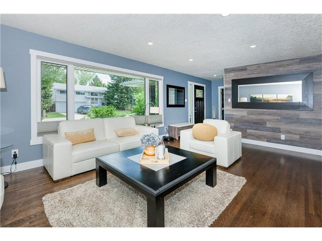 Photo 3: 3207 BEARSPAW Drive NW in Calgary: Brentwood House for sale : MLS® # C4118825