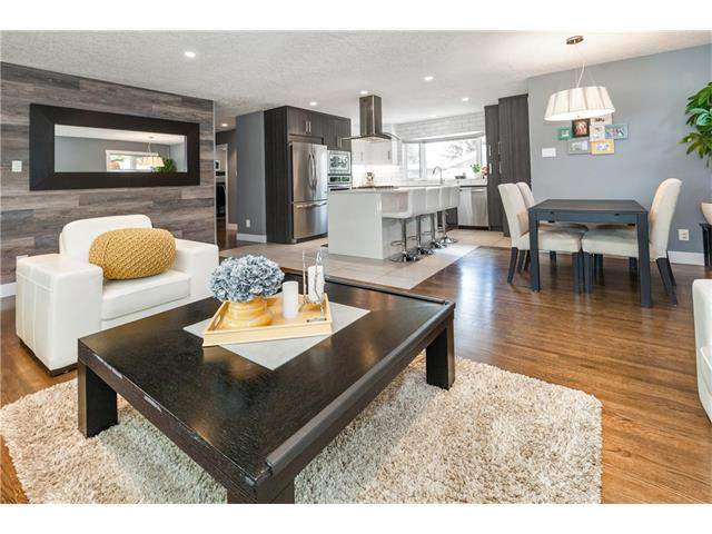Photo 4: 3207 BEARSPAW Drive NW in Calgary: Brentwood House for sale : MLS® # C4118825