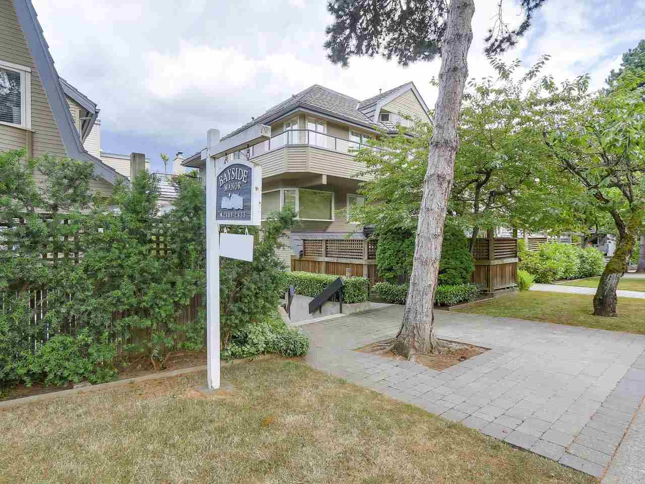 "Photo 2: 2411 W 1ST Avenue in Vancouver: Kitsilano Townhouse for sale in ""Bayside Manor"" (Vancouver West)  : MLS® # R2191405"