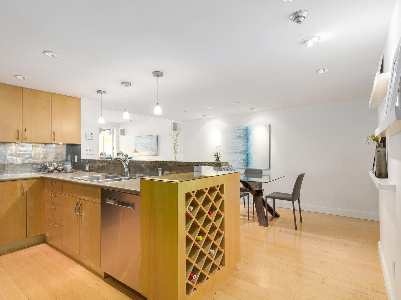 "Photo 3: 2411 W 1ST Avenue in Vancouver: Kitsilano Townhouse for sale in ""Bayside Manor"" (Vancouver West)  : MLS® # R2191405"