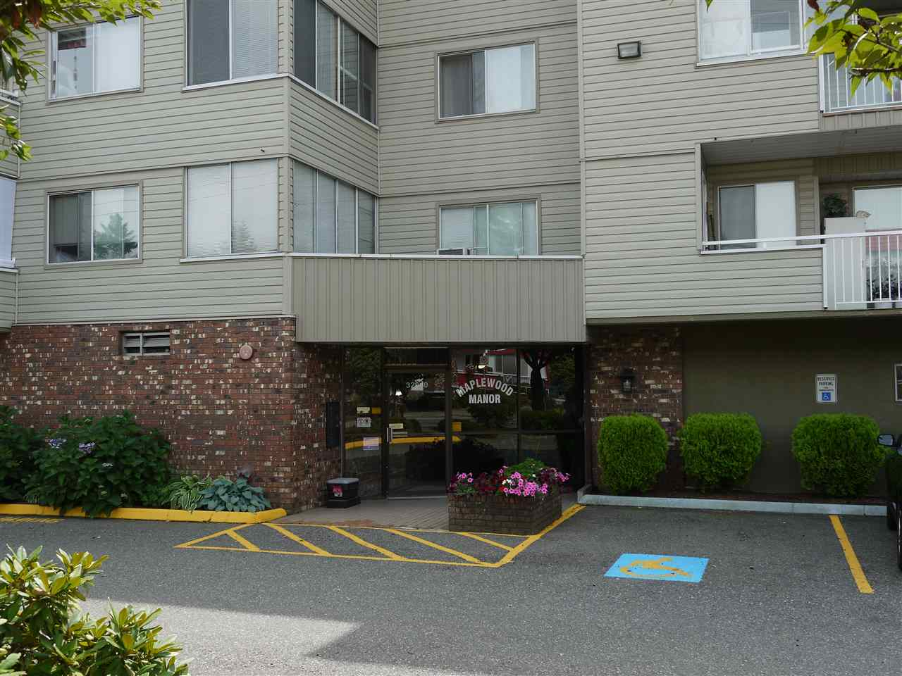 "Main Photo: 102 32040 TIMS Avenue in Abbotsford: Abbotsford West Condo for sale in ""Maplewood Manor"" : MLS® # R2196628"