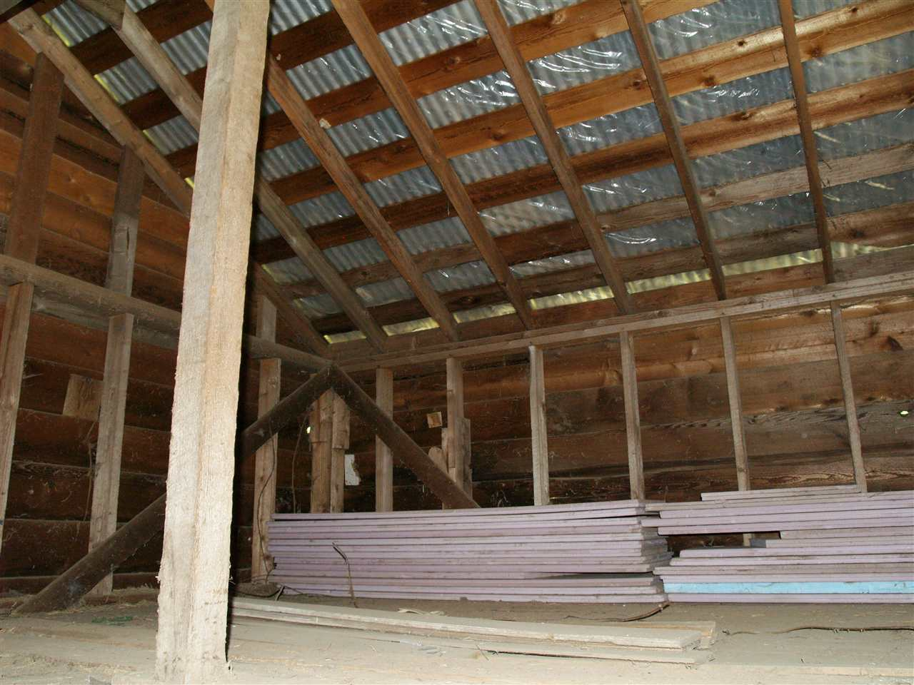 The barn has 2 levels so can accomodate a lot of storage area.