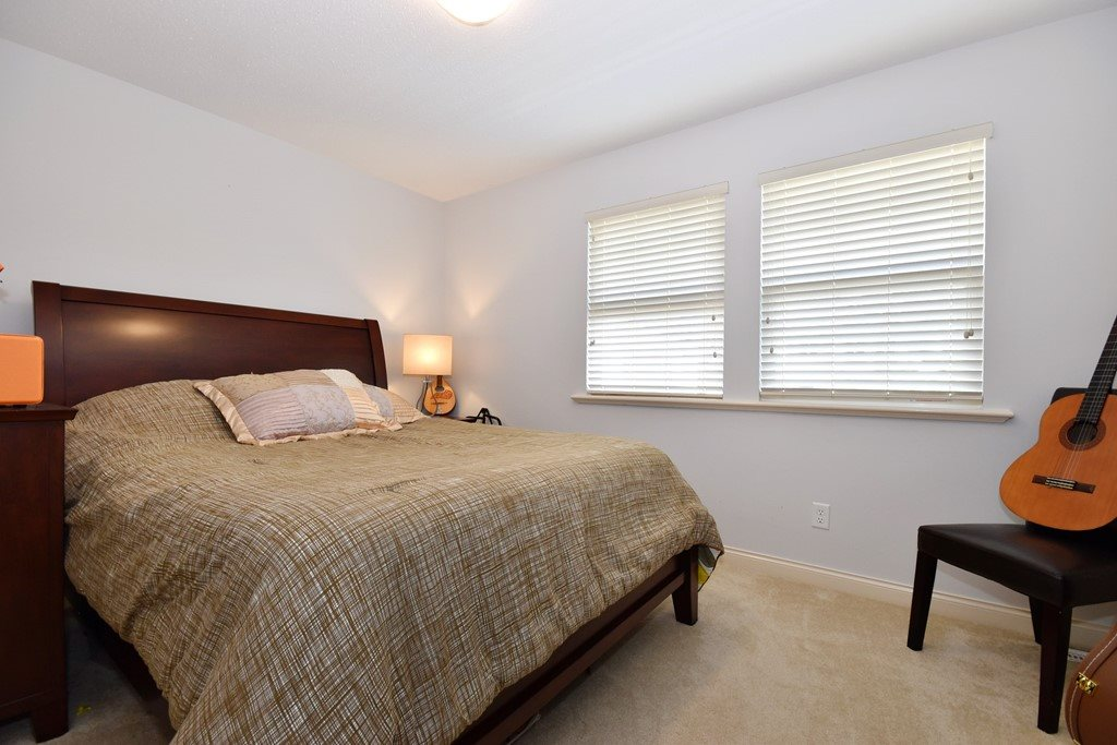 "Photo 12: Photos: 36492 LESTER PEARSON Way in Abbotsford: Abbotsford East House for sale in ""Auguston"" : MLS® # R2195024"