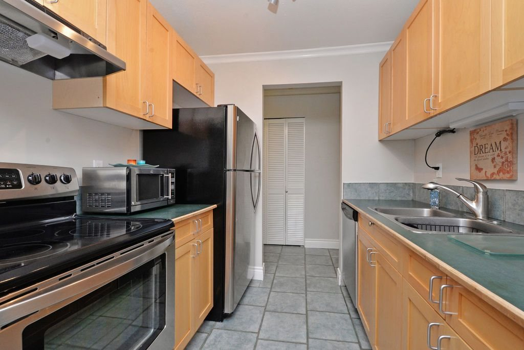 "Photo 12: 202 809 W 16TH Street in North Vancouver: Hamilton Condo for sale in ""Panorama Court"" : MLS® # R2041398"