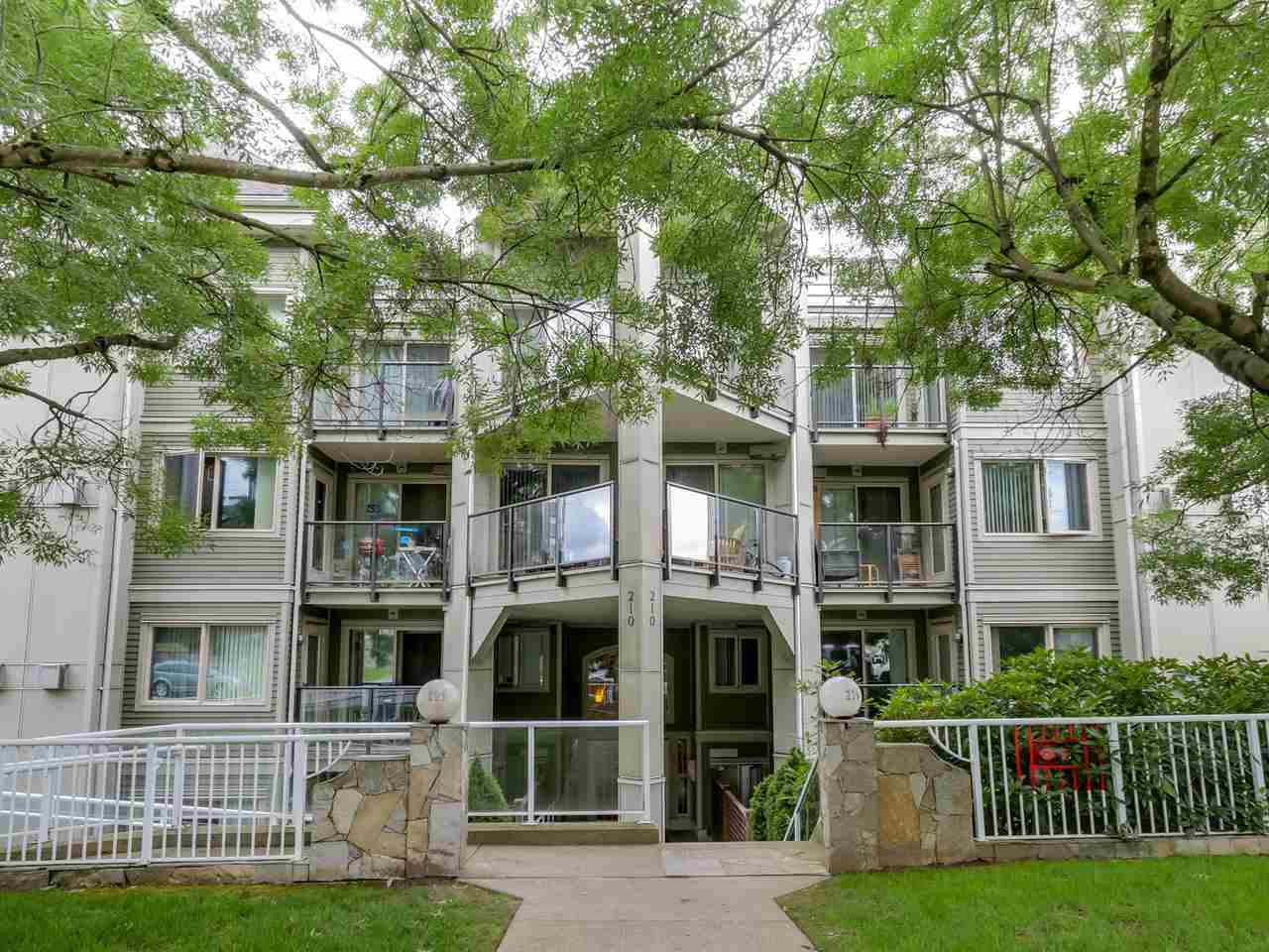 "Main Photo: 202 210 CARNARVON Street in New Westminster: Downtown NW Condo for sale in ""HILLSIDE HEIGHTS"" : MLS®# R2085611"