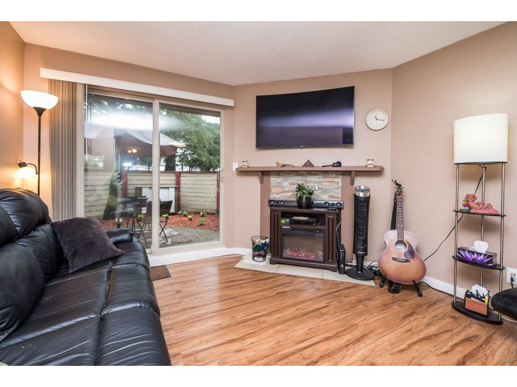 "Photo 3: 10531 HOLLY PARK Lane in Surrey: Guildford Townhouse for sale in ""HOLLY PARK LANE"" (North Surrey)  : MLS® # R2147163"