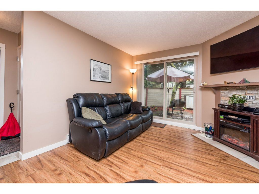 "Photo 4: 10531 HOLLY PARK Lane in Surrey: Guildford Townhouse for sale in ""HOLLY PARK LANE"" (North Surrey)  : MLS® # R2147163"