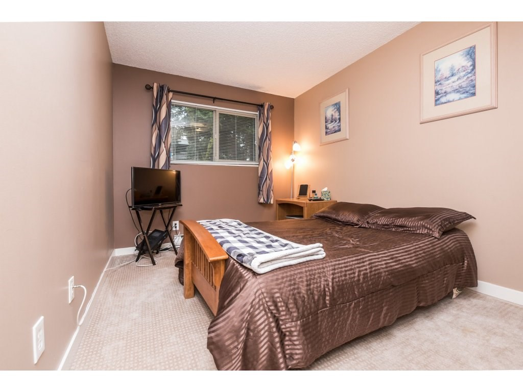 "Photo 14: 10531 HOLLY PARK Lane in Surrey: Guildford Townhouse for sale in ""HOLLY PARK LANE"" (North Surrey)  : MLS® # R2147163"
