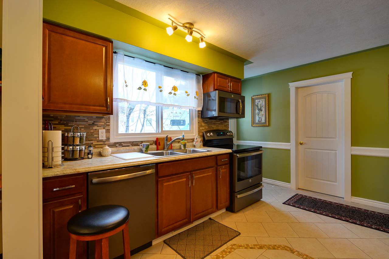 BEAUTIFUL MAIN FLOOR KITCHEN WITH HIGH-END APPLIANCES!