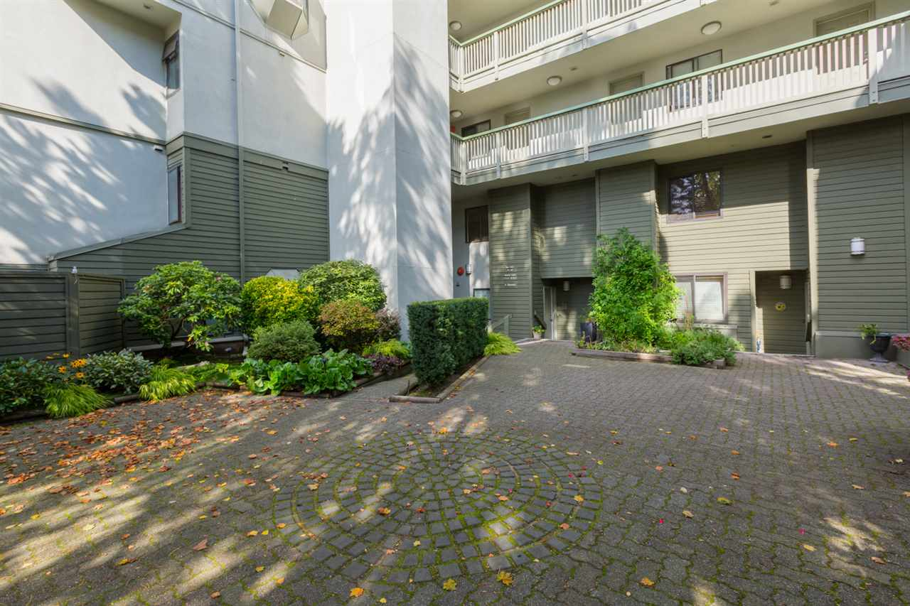 "Main Photo: 11 3437 W 4TH Avenue in Vancouver: Kitsilano Townhouse for sale in ""WATERFORD COURT"" (Vancouver West)  : MLS(r) # R2112767"