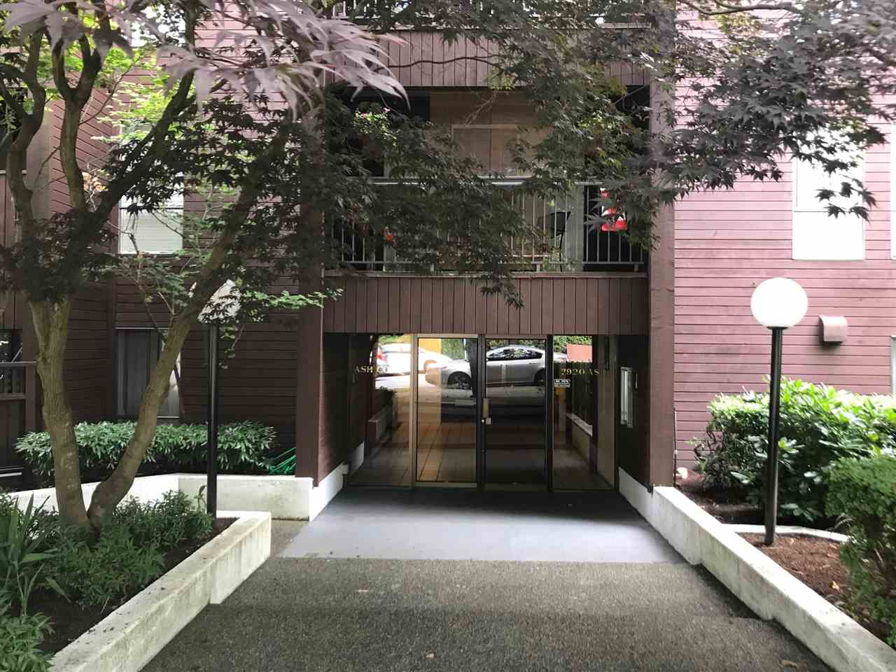 "Main Photo: 107 2920 ASH Street in Vancouver: Fairview VW Condo for sale in ""ASH COURT"" (Vancouver West)  : MLS® # R2198378"