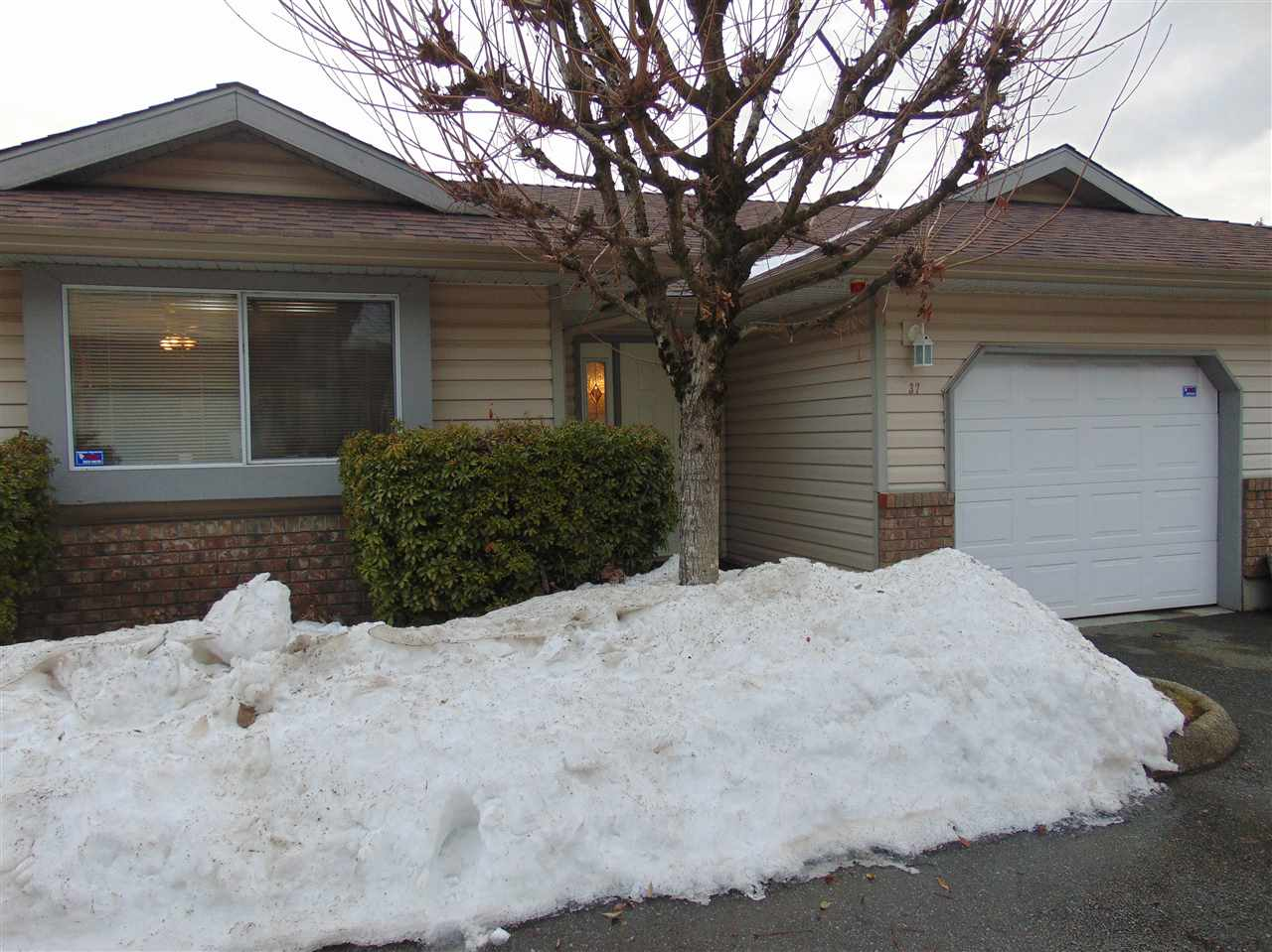 "Main Photo: 37 2023 WINFIELD Drive in Abbotsford: Abbotsford East Townhouse for sale in ""Meadow View"" : MLS®# R2138029"