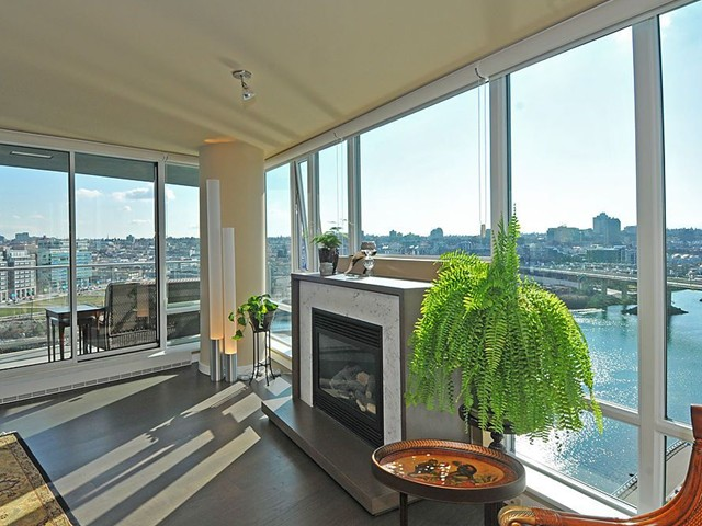 "Main Photo: 1702 8 SMITHE MEWS in Vancouver: False Creek North Condo for sale in ""FLAGSHIP"" (Vancouver West)  : MLS® # V875022"