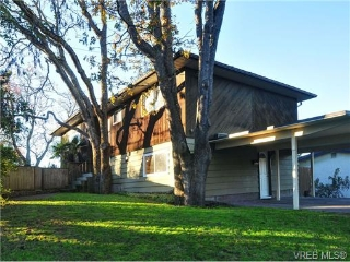 Main Photo: 2500 Cedar Hill Road in VICTORIA: Vi Oaklands Single Family Detached for sale (Victoria)  : MLS(r) # 344186