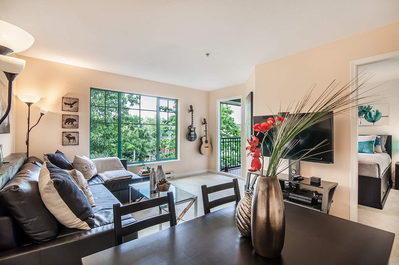 "Main Photo: 409 929 W 16TH Avenue in Vancouver: Fairview VW Condo for sale in ""OAKVIEW GARDENS"" (Vancouver West)  : MLS(r) # R2189624"