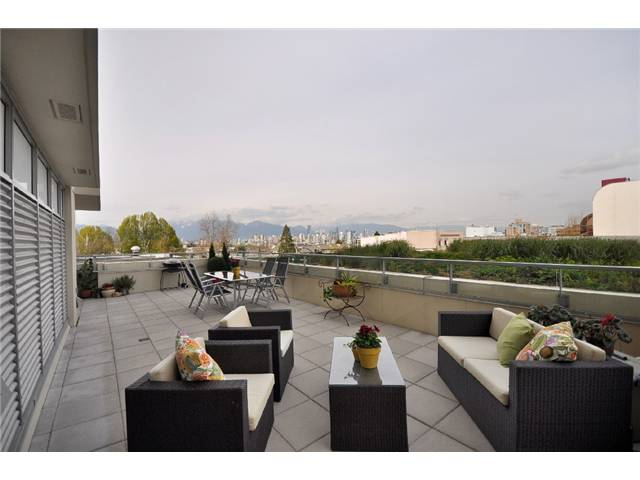 "Main Photo: 310 2528 MAPLE Street in Vancouver: Kitsilano Condo  in ""PULSE"" (Vancouver West)  : MLS(r) # V886980"