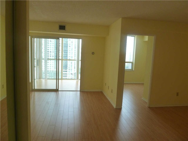 Photo 1: 1611 285 Enfield Place in Mississauga: City Centre Condo for lease : MLS(r) # W3253344