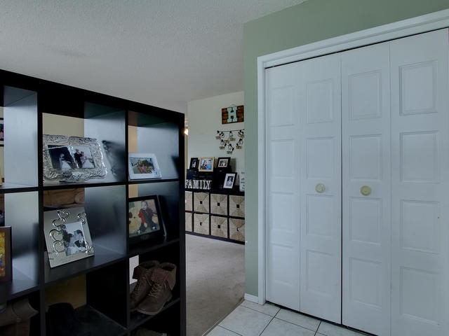 Photo 3: 1042 82 Street in Edmonton: Zone 29 House for sale : MLS® # E4076942