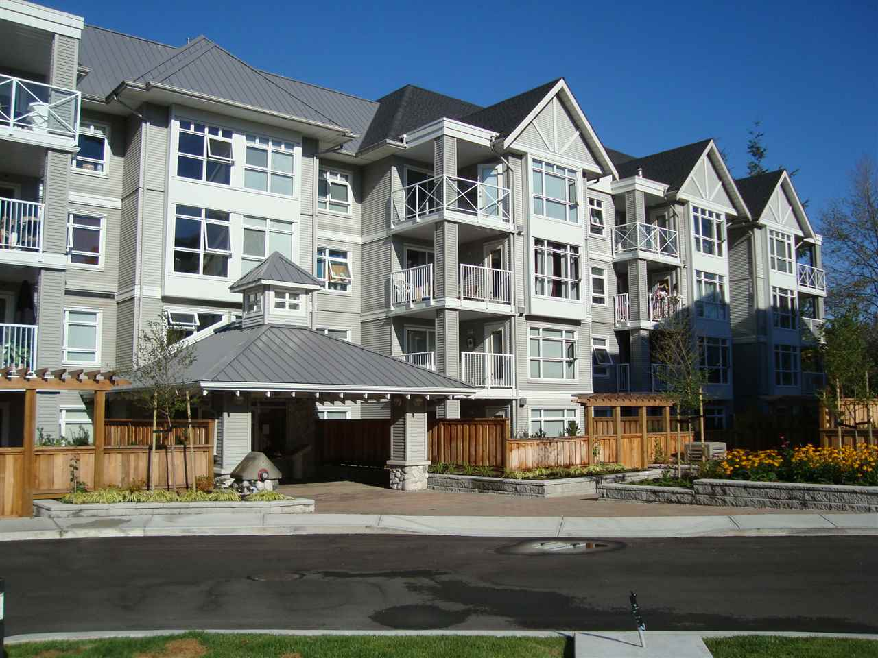 "Main Photo: 412 3136 ST JOHNS Street in Port Moody: Port Moody Centre Condo for sale in ""SONRISA"" : MLS(r) # R2101760"