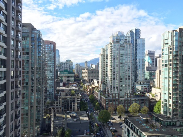 "Main Photo: 2408 909 MAINLAND Street in Vancouver: Yaletown Condo for sale in ""Yaletown Park II"" (Vancouver West)  : MLS(r) # R2157155"