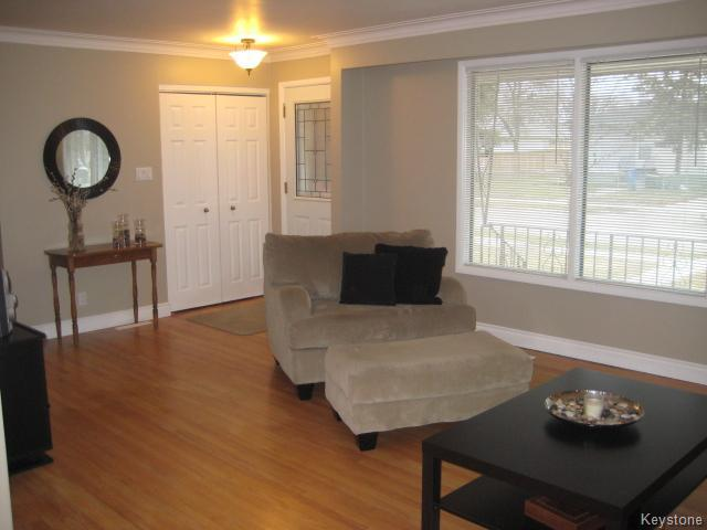 Photo 2: 132 Donegal Bay in Winnipeg: East Kildonan Residential for sale (North East Winnipeg)  : MLS(r) # 1609188
