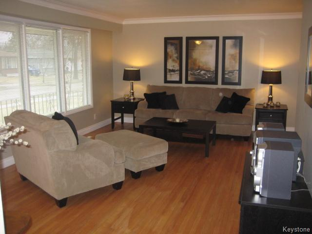 Photo 3: 132 Donegal Bay in Winnipeg: East Kildonan Residential for sale (North East Winnipeg)  : MLS(r) # 1609188