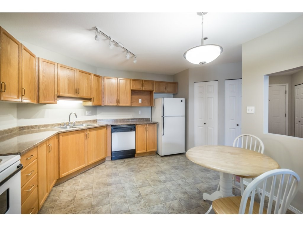 "Photo 7: 404 2335 WHYTE Avenue in Port Coquitlam: Central Pt Coquitlam Condo for sale in ""CHANELLOR'S COURT"" : MLS® # R2141689"
