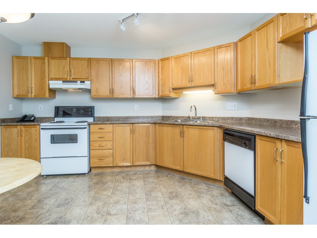 "Photo 6: 404 2335 WHYTE Avenue in Port Coquitlam: Central Pt Coquitlam Condo for sale in ""CHANELLOR'S COURT"" : MLS® # R2141689"